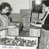 F0932c <br /> Personeel van Gebr. Van Zonneveld & Philippo, werkend in de bollenschuur. De dames zijn bezig met het verpakken en het verzendklaar maken van lelies. Links mevr. Tukker en rechts mevr. Molkenboer.