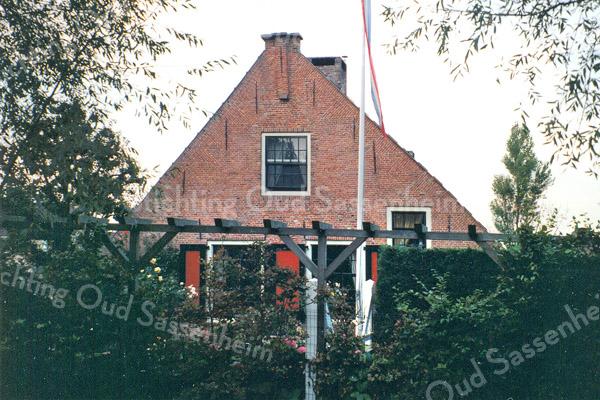 F0197 <br /> De vroegere boerderij Wilt Ryk, Hoofdstraat 55 en 55a, is in de jaren tachtig geheel gerestaureerd en opgesplitst in twee wooneenheden. De boerderij was jarenlang bewoond door de fam. Zwetsloot en was vanaf de weg duidelijk te zien. Tegenwoordig is het pand door struweel en een pergola afgescheiden. Foto: 1996.