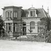 F0822 <br /> Links is een klein stukje van villa Vredesteyn te zien. Daarnaast bouwde J.P. Oudshoorn in 1904 een fraaie villa voor bloemist J.W. Marbus aan de Hoofdstraat 305, later zijn schoonzoon J.Klijn die een bollenschuur aan het begin van de Teijlingerlaan had, nu (2016) Triple III Fashion. Let op de oude gaslantaarn rechts in beeld, met een bordje van de tramhalte erop.  Foto: vóór 1921.<br /> <br /> Collectie Oudshoorn 034: Villa J.W. Marbus 1904. Hoofdstraat 227 volgens oude nummering. Nu nr. 305.