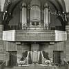 F0352 <br /> Het interieur van de gereformeerde kerk (Julianakerk) vóór 1958. Deze opname is gemaakt vóór de wijziging van het front in 1958. Op de afbeelding zien we het Standaart-orgel dat in 1921 werd gebouwd. Het eiken front is van 1929. Het orgel is in 1958 geheel vernieuwd (Leeflangorgel) en uitgebreid van twee manualen naar drie manualen. De orgelbalustrade is toen weggehaald. De speeltafel werd verplaatst naar het einde van de gaanderij (oostzijde). De organist was vanaf de gaanderij zichtbaar voor de kerkgangers. Foto: voor 1958.