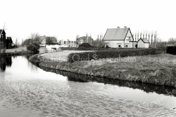 F0479 <br /> Een klein stukje Teijlingerlaan met de erlangs lopende sloot en de brug naar het huis van de fam. G. Heemskerk (later de fam. Blom). Links, net voor de brug, het huis van de fam. Kühn (later de fam. De Zwart).   Na de brug het huis met bollenschuur van de fam. Zeestraten.<br /> .