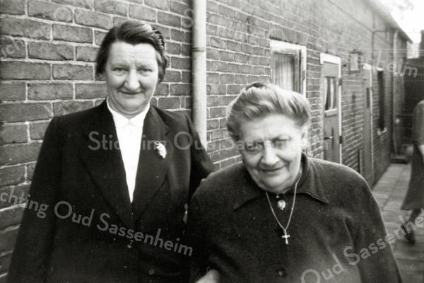 F0579<br /> Het buurtje De Vergunning, behorend bij de Vaartkade. V.l.n.r. mevr. W. Franken- v.d. Willik en wed. A. v.d. Willik-Maurits. Begin jaren '90 gesloopt.  Foto rond de jaren '40.