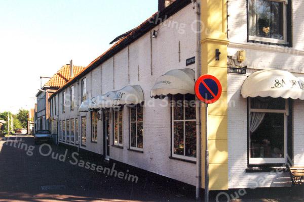 F0156 <br /> Gezicht op de Vaartkade, gezien vanaf de Oude Haven. Rechts vooraan de cadeaushop van Saskia, die in 1997 naar de Kerklaan is verhuisd. Later kwam in dit pand een vestiging van de drogistketen van Dirck. Verderop is de gevel van de moskee te zien en daarachter de asschuur. Als laatste het huis van P. Verhoeve.  Deze panden zijn gesloopt in 2002. Foto: 1996.