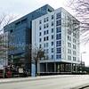 F3964<br /> Op de plaats van de kantoorflat van Schulte & Lestraden is rond de eeuwwisseling dit appartementencomplex komen te staan: de Sassemerhof. De meeste appartementen bevinden zich in dit hoge gebouw. Erachter is een klein stuk van het lagere deel van het complex te zien. In totaal zijn er 76 appartementen, die in 22 verschillende typen zijn onverdeeld.<br /> Onderaan de foto uit 2013 gaat het wegdek over de Oosthavenbrug, die in 1951 gereedkwam. Helemaal links de bekende Snackbar 'Thomas', begonnen als de patatkraam van Thomas van Kesteren op de hoek Hoofdstraat/Van Pallandtlaan. Foto: 2013