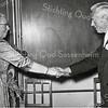 F0904a <br /> Receptie van mej. C.M. Wilbrink ter gelegenheid van haar 40-jarig jubileum als onderwijzeres aan de Hervormde School aan de Jacoba van Beierenlaan. Zij wordt gefeliciteerd door hoofdonderwijzer A. den Haan. Foto: 1-7-1959.