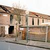 F4254<br /> <br /> De afbraak van de voormalige bollenschuur van Pereboom in december 2002. In de oorlog waren hier Duitse militairen ingekwartierd. Na de oorlog is in dit pand de Aardewerkfabriek 'Velsen' gestart. Foto: 2002