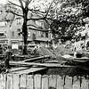 F0184 <br /> Afbraak van de Klapbrug (Hoofdstraat) en de aanleg van een overkluizing. In verband met het toenemende verkeer voldeed de brug niet meer. Op de voorgrond zien we de betonnen damwand, die werd geslagen met een opening voor doorstroming van het water. De overkluizing loopt vanaf de Oude Haven tot waar sinds 2014/15 de SassemBourg staat. Foto: 1966.