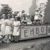 F4504<br /> Bevrijdingsoptocht: 'EHBO'. Foto: 1945. <br /> Op de foto staan: de dames Bemelman, meisje Braam, mevr. v. Werkhoven-Papendrecht, Jo van Goeverden, Guus Papendrecht.
