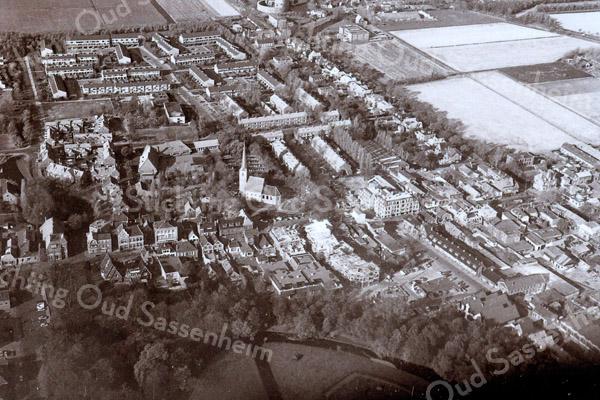 F3607   <br /> Luchtfoto. In het midden staat de Dorpskerk (N.H. kerk). Op de voorgrond is een stukje van park Rusthoff te zien. Rechtsboven staat de bollenschuur van Papendrecht en Van der Voet. Daarlangs loopt de Teijlingerlaan. Foto: voor 1981