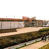 F2558<br /> De Forensisch Centrum Teylingereind (jeugdgevangenis) aan de Rijksstraatweg nr. 24. De fietsers rijden over het fietspad langs de A44. Foto: 2003.