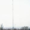 F3856<br /> De bouw van een 45 meter hoge zendmast voor mobilofoon- en portofoonverkeer van de politie. Deze zendmast werd gebouwd door de PVD (politie verbindings- dienst)<br /> De vakwerkmast bestond uit 5 delen van 8 meter die hier worden geplaatst. De hele constructie stond op een grote betonnen klomp met heipalen in de grond van 11 meter lang. Bovenop stond ook nog een zendgedeelte van 2,5 meter hoog. Van af de grond was het bouwwerk 45 meter.<br /> Deze mast verving een 17,5 meter hoge kantelmast die een paar jaar eerder was geplaatst.