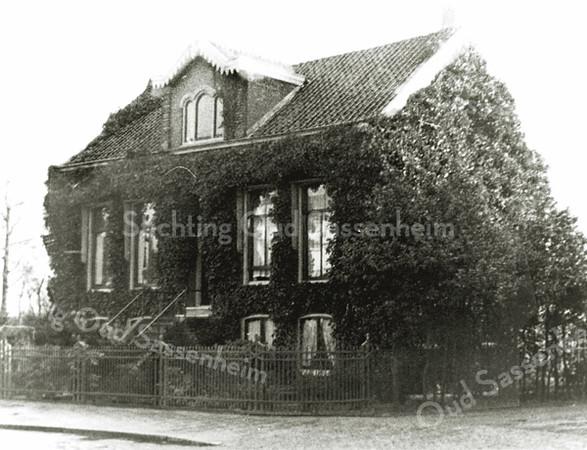 F0024 <br /> Huize Zonnehof aan de Hoofdstraat, met de karakteristieke trap naar de voordeur, in de jaren dertig bewoond door de fam. Slegtkamp. Daarvoor heeft de fam. N. Breedijk er gewoond, die indertijd bollen teelde naast het huis. Laatste bewoner is Harry J.B. Arentshorst geweest, tot het pand in 1949/50 is gesloopt om ruimte te maken voor de aanleg van de Parklaan.
