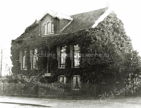 F0024 <br /> Huize Zonnehof aan de Hoofdstraat, met de karakteristieke trap naar de voordeur, in de jaren dertig bewoond door de fam. Slegtkamp. Daarvoor heeft de fam. N. Breedijk er gewoond, die indertijd bollen teelde naast het huis. Laatste bewoner is Harry J.B. Arentshorst geweest, tot het pand in 1951 is gesloopt om ruimte te maken voor de aanleg van de Parklaan.