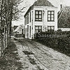 F2187<br /> Aan de nog onverharde Kerklaan staat Huize Bijweg. In de verte staat het huisje van de familie Van Rijn. Huize Bijweg werd gesloopt in 1902. Vlak vóór de locatie van het pand werd in de loop van 1940 de Bijweglaan. Zie ook pag. 57 van het boekje 'Sassenheim in oude ansichten'  van G. Verschoor.