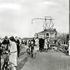 F2633<br /> De tramhalte bij de Postbrug (Leidse vaart) te Sassenheim. Foto: 1948