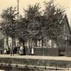 F0771 <br /> Links naast zijn bedrijf liet Frijlink in 1911 twee burgerwoningen voor zijn personeel bouwen aan de Zandslootkade. Hier woonden jarenlang de twee schuurbazen Gideon Heemskerk (links) en Arie Keizer (rechts). Later woonde in dit rechter huis Dirk van der Heiden. Dit fraaie pand bleef voor sloop gespaard.  Nu wordt het bewoond door de families Dijkman en J. Koning. Foto: vóór 1921.<br /> <br /> [Collectie Oudshoorn 061: burgerwoningen Zandsloot. A. Frijlink 1911. Zandslootkade 17 en 18.]