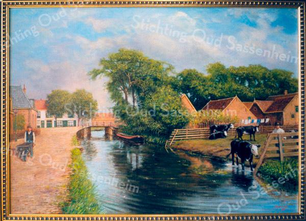 F0356 <br /> Schilderij van J. Hogewoning naar een ansichtkaart van de Zandslootkade omstreeks 1908. Links de Zandslootkade met het pand van bakker Kroon, na Molenkamp bakker Meijer en ook Sutherland. Het pand staat nu (2016) te koop. In het midden het witte pand genaamd 'Posthuis', dat op 1 november1920 tot de grond toe afbrandde. Rechts daarvan het nog bestaande huis van Langeveld, Hoofdstraat 104. Rechts op het schilderij de schuren en stallen van boerderij Postwyck, toen bewoond door de fam. Godefroy. Daarvóór zien we de Koeienbocht; op die plek is later de Postwijkkade gebouwd. Foto: 1995.