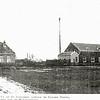 F0445 <br /> Graanmaalderij van Van Niekerk op de dorpsweide achter de Nieuwe Haven, later gelegen aan de Molenstraat. De molen werd voortgedreven door een paard en werd daarom 'rosmolen' genoemd. Later werd dit de smederij van Engberts, op Molenstraat 16. Nu (2016) staat er een modern woonhuis dat vanaf de brug in de Concordiastraat goed te zien is.
