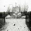 F1308b <br /> Het soldatengraf aan de zuidkant van Sassenheim in het weiland bij de Haarlemmertrekvaart. Na een bombardement op een bus met militairen op 10 mei 1940 werden de slachtoffers hier tijdelijk begraven. Foto: ca. 1946.