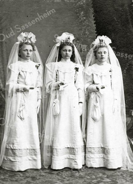 F2858 <br /> Pietje, Mina en Joanna Rotteveel (drieling), dochters van Hugo Rotteveel en Cornelia Langeveld, geboren in 1897