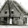 F1626 <br /> De boerderij van de fam. Ciggaar, indertijd gelegen tegenover boerderij Duivenvlugt en gesloopt i.v.m. de aanleg van de toenmalige Rijksweg 4 (nu Rijksweg A44). V.l.n.r.: Jannetje Kagenaar (hulp); niet bekend (knecht); Jansje Ciggaar (ongetrouwd); Nicolaas Ciggaar (ongetrouwd). Foto: ca. 1922-1923.