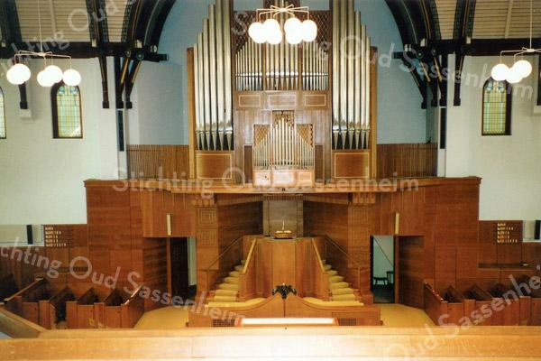 F2812<br /> Het interieur van de Julianakerk (Gereformeerde Kerk)rondom het liturgisch centrum van 1958-1992. In 1958 is door orgelbouwer Leeflang een nieuw orgel gebouwd.
