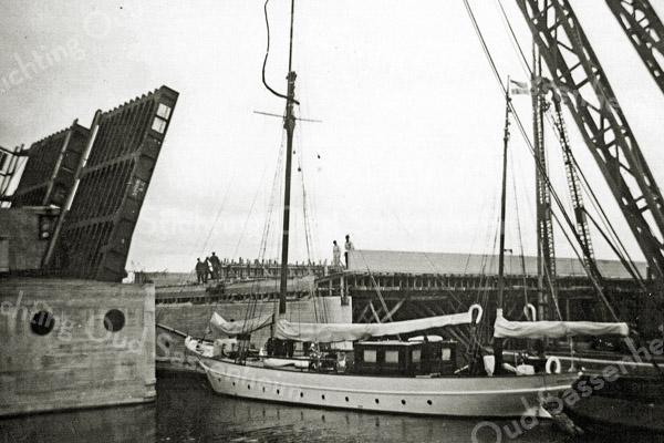 F1060 <br /> De brug in Rijksweg 4 (later A44) over de Ringvaart bij Kaag. Het is enige dagen voor de opening van de rijksweg. Let op de ondersteunende constructie die nog aanwezig is. Foto: 1938.
