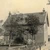 F0759 <br /> Een werkmanswoning aan de Warmonderdam, nummer 41. Het huis werd in 1909 gebouwd in opdracht van Ridder van Pauw van Wieldrecht. Het staat er nu nog en wel tegenover het Van der Valk Hotel Sassenheim op hetzelfde adres. Foto: vóór 1921.<br /> <br /> [Collectie Oudshoorn 057: werkmanswoning (Warmonderdam); Ridder van Pauw van Wieldrecht 1909. (Warmonderweg 41).]