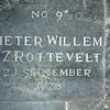 F0102i <br /> Bij de verbouwing van de  Ned.-herv. Kerk of Dorpskerk in 1923 werden bijna alle grafzerken en tegels uit de kerk verwijderd en ze werden rondom de kerk in de grond gestopt. Vanaf 1997/98 is koster S. Vliem bezig een aantal zerken weer in de kerk te plaatsen. De gebroken exemplaren zijn vervangen door nieuwe; daarbij is de oorspronkelijke tekst weer in de steen gegraveerd. De andere zijn zo goed mogelijk schoongemaakt. De teksten die op de stenen staan, heeft de heer Vliem uit de oude grafboeken gehaald. De kosten heeft hij geheel voor eigen rekening genomen. Foto: 1998.