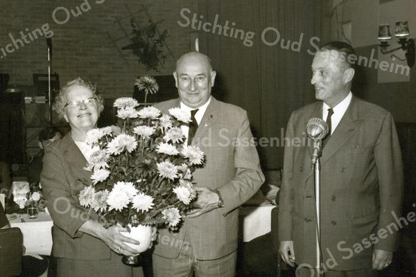 F3510<br /> Jubileum bij Bulbhorst.<br /> De jubilaris dhr. P. van Rijn staat in het midden met links zijn vrouw en rechts Bou Arentshorst. Foto: 1968