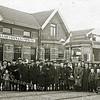 F1551 <br /> Het bedrijf Baartman & Koning bestond in de oorlogstijd 50 jaar. Dat feest kon door de omstandigheden niet gevierd worden. Na de oorlog ging het voltallige personeel met de Blauwe tram naar de Nachtegaal in Lisse voor het feestdiner. Voor deze gelegenheid was de tram omgedoopt tot  B & K Expres, zie bord achter de voorruit. Geheel links met aktetas de boekhouder Jan Verhoog. Foto: 1946.