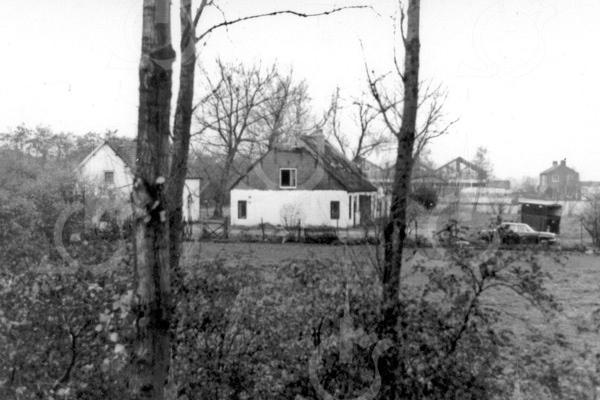 F0734a <br /> De voormalige boerderij Jagtlust aan de Warmonderweg nr. 33. Het pand is later in vier woningen verdeeld, waarvan de eerste aan de voorkant indertijd werd bewoond door de fam. Roodenburg; het tweede door de fam. Van Benten; het derde door de fam. Van der Elst en het vierde door de fam. Kapaan. Aan de achterkant stond tegen het huis nog een gebouwtje, waarin de karnmolen heeft gestaan. Later werd dit gebouwtje bewoond door dhr. Schrama. Ook heeft Klaas v.d. Elst (broer van de opa van Fons v.d. Elst) in dat huisje gewoond. Cor v.d. Elst, de vader van Fons, heeft in het rechter huisje gewoond, net als de fam. De Stigter. In het zomerhuis met het opschrift 'Jagtlust' woonden de fam. Jansen en De Hollander. Beide panden zijn in 1982 gesloopt.