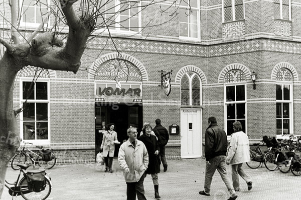 F2542<br /> De opening van de supermarkt Vomar in een deel van het voormalige St. Annaklooster aan de Hoofdstraat nr. 169. Foto: 2003.
