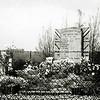 F1308a <br /> Het soldatengraf aan de zuidkant van Sassenheim in het weiland bij de Haarlemmertrekvaart. Na een bombardement op een bus met militairen op 10 mei 1940 werden de slachtoffers hier tijdelijk begraven. Foto: ca. 1946.