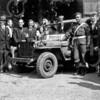 F4009 <br /> Een bevrijdingsfoto. Een Canadese jeep met een groep Sassenheimers op het terrein van 'het Bruine Paard'. De derde man van links is Rob van Zonneveld; daarnaast rechts Henk Broer en twee meisjes Teernstra. Rechts van de Canadese militair staat Kapteyn, Leo Zandbergen en Frans Vink. Foto:1945