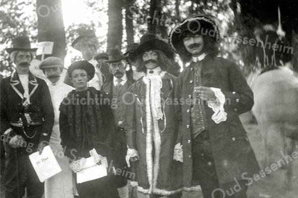 F1149 <br /> Feestelijke herdenking 1813-1913, het Onafhankelijkheidsfeest. Op de foto zien we een groep figuranten, die deelnamen aan de historisch-allegorische optocht op 18 september 1913.
