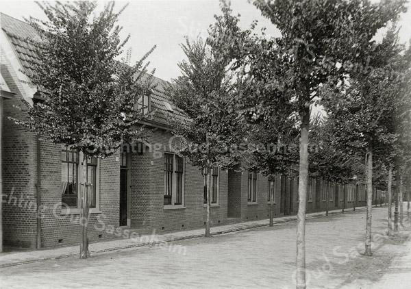 F0838 <br /> Collectie Oudshoorn 054: 10 burgerwoningen Floris Schoutenstraat J.P. Oudshoorn, G. Lekkerkerker 1909. We zien de zuidkant van de straat. De huizen links hebben de nummers 38 en 36.<br /> Foto: vóór 1921.