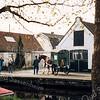 F1972<br /> De askar bij de Asschuur aan de Vaartkade i.v.m. het 10-jarig bestaan van de Stichting Oud Sassenheim. De Asschuur is in 2002 gesloopt. De opbouw van de askar is gemaakt door Piet Langeveld. Paard en kar zijn van Jan van der Geest (Dzn), die hier als asophaalder verkleed (met hoge hoed) ernaast loopt. Foto: 2000.