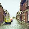 F0307 <br /> De oude Burchtstraat, gesloopt in 1990 met links op de hoek het woonhuis van Johannes van Nieuwkoop en rechts op de hoek het woonhuis en kapperszaak van Uphoff. Op de achtergrond was het nog open bollenland. Foto: ca. 1980.