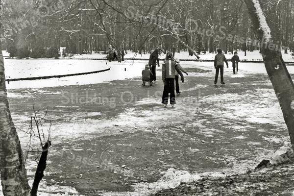 F2918<br /> Schaatsen op de vijver in park Rusthoff.