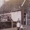F4353<br /> Café van Hage aan de Hoofdstraat. De fam. van Hage staat naast het pand. <br /> Foto: eind 19de eeuw.