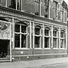 F0336 <br /> Het postkantoor (gebouwd in 1902) aan de Hoofdstraat, versierd tijdens het bloemencorso in 1952. Het huis van dokter Hueber is hier nog in tact. In 1955 werd dat pand gekocht door G. Lascaris, die er zijn winkel in ijzerwaren en huishoudelijke artikelen vestigde. Daarvoor liet hij het pand zowel uitwendig als inwendig grondig verbouwen, waarbij de rooilijn 1,70 m naar achteren moest om gelijk te komen met het postkantoor. Tussen de twee panden zien we de brede doorgang naar de garage. Foto: 1952.