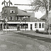 F1374b <br /> Hoofdstraat 278, drogisterij De Hoek van H. Melman. Voor 1937 was de drogisterij van dhr. G. Duijster, 1937-1950 van mevr. Melman-van Diest en van 1950-1990 van Hein Melman en zijn vrouw R. Melman-v.d. Nouland. Het rechter gedeelte van het woonhuis is er later aangebouwd. Het gedeelte boven de winkel is later opgetrokken (verbouwing 1970/1971). Het pand rechts naast het woonhuis was het magazijn. Er stond toen nog een telefooncel op de Oude Haven!