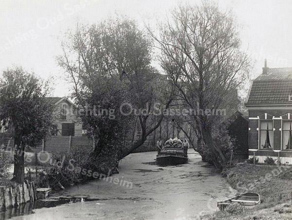 F3278<br /> De Zandsloot. Rechts het huis van mevr.Langeveld. De foto is genomen vanaf de Oude Postbrug. Links de bollenschuur van Bader, later G.B. de Vroomen.