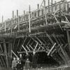 F1059 <br /> De brug in Rijksweg 4 (later A44) over de Ringvaart bij Kaag. Een houten bekistingsconstructie wordt gemaakt voor de betonconstructie. V.l.n.r.: Piet Dijkstra, Jan Dijkstra, Pietje Dijkstra, Wim Moolenaar, R. Duym, Hiltje Dijkstra en Klaske Dijkstra. Foto: 1937/1938.