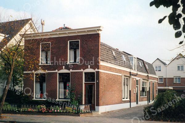 F0196 <br /> Het huis van de dames Reeuwijk, Hoofdstraat 152. Het pand is gesloopt in 2003. Foto: 1996. Zie ook F0157.