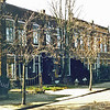 F0446 <br /> Huizen aan de zuidzijde van de Julianalaan. Deze zijn gebouwd in 1911 in Art Nouveau-stijl door aannemer J. Oudshoorn. De gevelwand is in de jaren negentig jarenlang gemeentelijk monument geweest, maar verloor haar monumentale status na de fusie tot gemeente Teylingen in 2006.