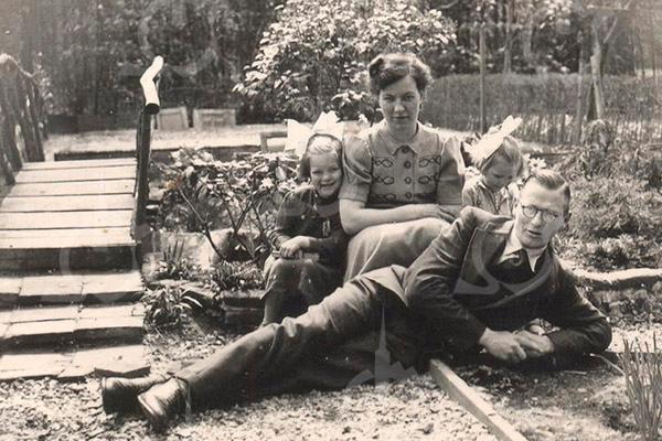F4533<br /> De familie Lascaris in de achtertuin, die grensde aan Park Rusthoff. Vlnr: Tiny, mevr. Lascaris, G. Lascaris en Ris Lascaris.