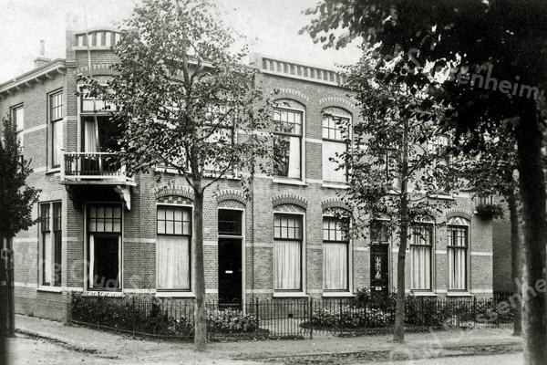 F0487 <br /> Het woonhuis van de fam. de Wreede op de hoek van de Floris Schoutenstraat/Hoofdstraat (zuidzijde), later gekocht door J. Eikelenboom. De oude nummering was: Hoofdstraat 108. Nu Hoofdstraat 170. Men had daar toen nog een voortuin!