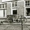 F2129<br /> De eerste bakfiets van Vliem, tuinaanleg en -onderhoud voor hun huis aan de Oude Haven nr. 7. Foto: 1947.